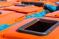 Annuncio pubblicitario industriale arancio della Comunità di città dei bidoni della spazzatura del coperchio grande Fotografia Stock