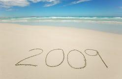 Ano 2009 escrito na praia tropical Fotografia de Stock Royalty Free