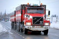 Ano completo 1990 do caminhão de reboque de Volvo N12 na estrada Foto de Stock