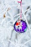 Ano da quinquilharia do Natal da cabra em um ramo de árvore do Natal Imagens de Stock Royalty Free