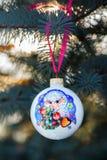 Ano da quinquilharia do Natal dos carneiros em um ramo de árvore do Natal Fotos de Stock
