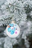 Ano da quinquilharia do Natal dos carneiros em um ramo de árvore do Natal Fotos de Stock Royalty Free