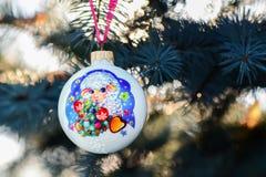 Ano da quinquilharia do Natal dos carneiros em um ramo de árvore do Natal Imagem de Stock