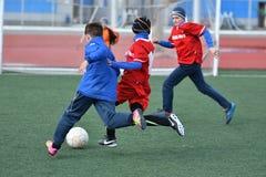 Ano de Orenburg, Rússia 26 de abril de 2017: o futebol do jogo dos meninos Fotos de Stock Royalty Free