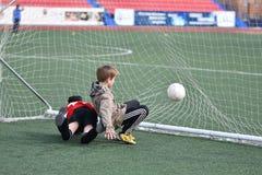 Ano de Orenburg, Rússia 26 de abril de 2017: o futebol do jogo dos meninos Fotografia de Stock Royalty Free