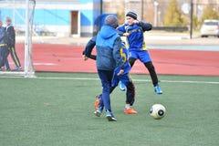 Ano de Orenburg, Rússia 26 de abril de 2017: o futebol do jogo dos meninos Imagem de Stock