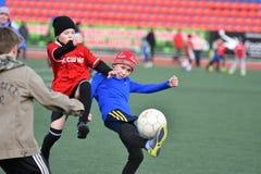 Ano de Orenburg, Rússia 26 de abril de 2017: o futebol do jogo dos meninos Imagens de Stock