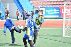 Ano de Orenburg, Rússia 26 de abril de 2017: o futebol do jogo dos meninos Fotos de Stock