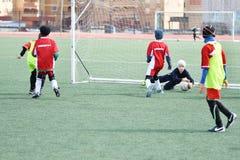 Ano de Orenburg, Rússia 26 de abril de 2017: o futebol do jogo dos meninos Foto de Stock