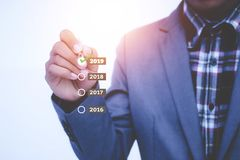 Ano do crescimento do plano do homem de negócios em 2019 e aumento do positivo dentro Foto de Stock