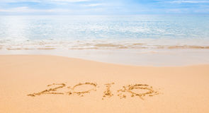 Ano 2016 do desenho na areia na praia Imagens de Stock