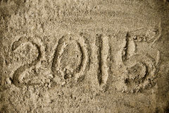 Ano 2015 escrito à mão na areia da praia Imagens de Stock