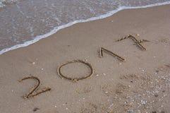Ano 2017 escrito na areia Foto de Stock Royalty Free