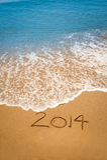 Ano 2014 escrito na areia na praia tropical Fotos de Stock