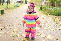 1 ano felizes da menina que anda no outono Fotografia de Stock