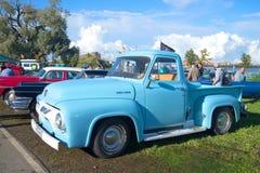 Ano modelo do F100 1954 americanos do recolhimento de Ford na parada de carros do vintage em Kronstadt Imagem de Stock