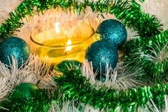 Ano novo, bolas verdes e decorações para a árvore de Natal Cenário brilhante e bonito em um fundo do limão com ouropel branco imagem de stock royalty free