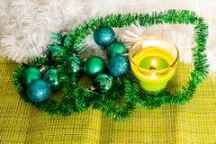 Ano novo, bolas verdes e decorações para a árvore de Natal Cenário brilhante e bonito em um fundo do limão com ouropel branco fotografia de stock royalty free
