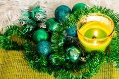 Ano novo, bolas verdes e decorações para a árvore de Natal Cenário brilhante e bonito em um fundo do limão com ouropel branco imagens de stock