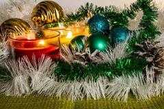 Ano novo, bolas verdes e decorações para a árvore de Natal Cenário brilhante e bonito em um fundo do limão com ouropel branco fotos de stock royalty free