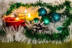 Ano novo, bolas verdes e decorações para a árvore de Natal Cenário brilhante e bonito em um fundo do limão com ouropel branco imagem de stock