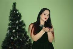Ano novo Calendário 2018 Menina na árvore de Natal com pontas vermelhas do cabelo preensões fotografia de stock royalty free