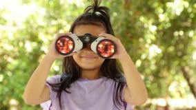 Ano novo chinês feliz menina asiática do sorriso que guarda o envelope vermelho filme