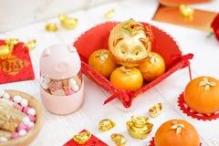 Ano novo chinês feliz 2019 são o ano de porco de acordo com o zodíaco animal chinês Foco seletivo no porco dourado na parte super fotos de stock