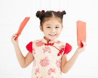 Ano novo chinês meninas que guardam o envelope vermelho foto de stock