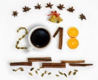 Ano novo 2018 3D numera com especiarias, laranja, sinos e xícara de café em um fundo branco Cartão de Natal Fotos de Stock Royalty Free