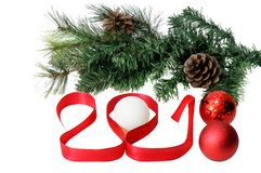 Ano novo 2018 3D vermelho numera com árvore, fitas e bolas de abeto em um fundo branco Fotos de Stock