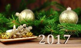 Ano novo 2017, decoração da Natal-árvore com um ramo de um abeto e figuras de madeira do ano seguinte, Imagens de Stock Royalty Free