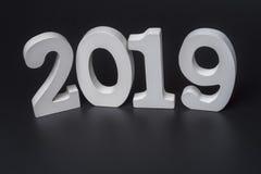 Ano novo dois mil dezenove, números brancos em um fundo preto foto de stock royalty free