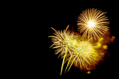 ano novo 2017 dos fogos-de-artifício - fogo de artifício colorido bonito Fotos de Stock