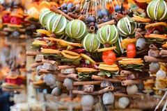 Ano novo e Natal justos Frutos secos, especiarias, scenting decorações Imagem de Stock