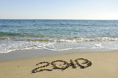 Ano novo escrito na praia abandonada. Fotos de Stock Royalty Free