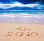 Ano novo 2016 escrito no Sandy Beach Imagens de Stock Royalty Free