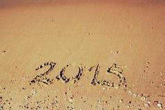 Ano novo 2015 escrito no Sandy Beach imagem filtrada retro Imagens de Stock Royalty Free