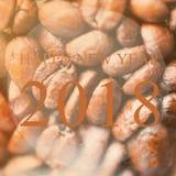 Ano novo feliz 2018 anos no fundo roasted dos feijões de café, Bro Imagem de Stock