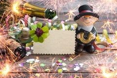 Ano novo feliz, anos novos de Eve Greeting Card com a garrafa do trevo, do trevo e do champanhe imagem de stock royalty free