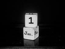 Ano novo feliz com o calendário de madeira branco do cubo Imagens de Stock Royalty Free