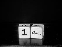Ano novo feliz com o calendário de madeira branco do cubo Imagens de Stock