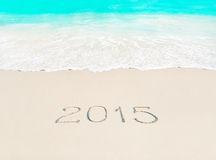 Ano novo feliz conceito de 2015 estações no Sandy Beach tropical dos azuis celestes Imagens de Stock Royalty Free