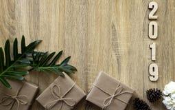Ano novo feliz 2019 decorativo com a caixa de presente em de madeira fotografia de stock royalty free