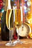Ano novo feliz - despertador e champanhe Fotos de Stock Royalty Free