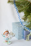 Ano novo feliz dos cumprimentos do cartão, duende mágico, ramo do abeto, castiçal, presentes do Natal sob a árvore, a vela do anj Fotos de Stock Royalty Free