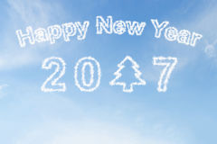 Ano novo feliz 2017 e nuvem da árvore de Natal no céu Imagem de Stock Royalty Free