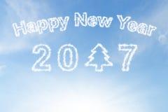 Ano novo feliz 2017 e nuvem da árvore de Natal no céu Fotos de Stock Royalty Free