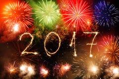 Ano novo feliz 2017 escrito com o fogo de artifício da faísca no backg preto Imagens de Stock Royalty Free