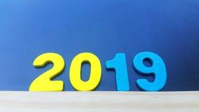Ano novo feliz 2019 Figuras coloridas em um fundo preto vídeos de arquivo